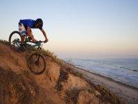 骑自行车探索布拉瓦海岸景观