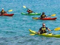 Amis profitant d'un après-midi de kayak
