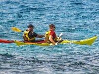 沿科斯塔多拉达海岸的独木舟的父子