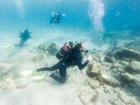 潜水员到达海底