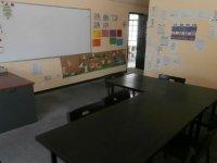 mesa con sillas negras de un aula