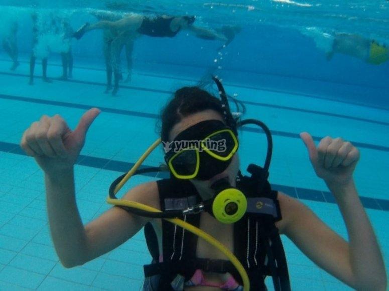 在游泳池里学习潜水