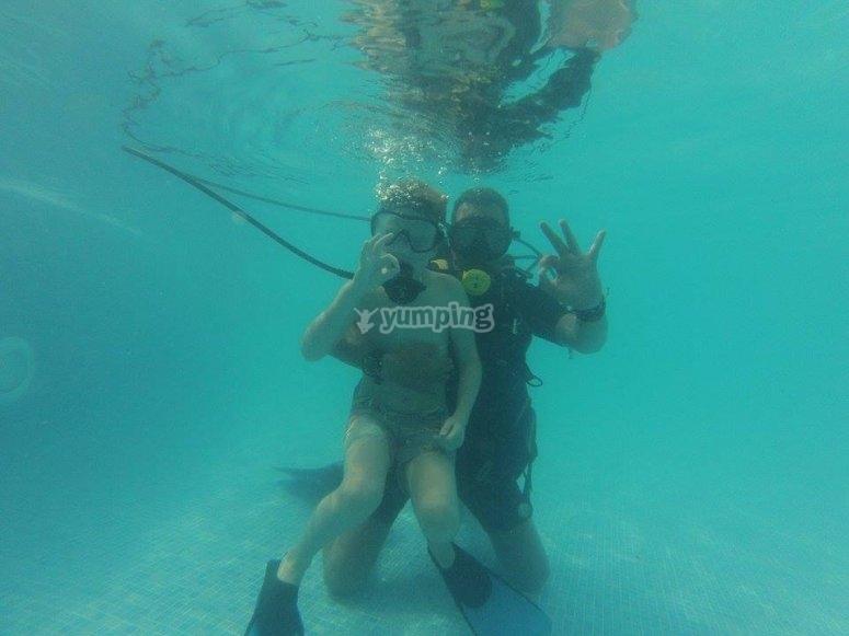 在马萨贡游泳池里的潜水课程