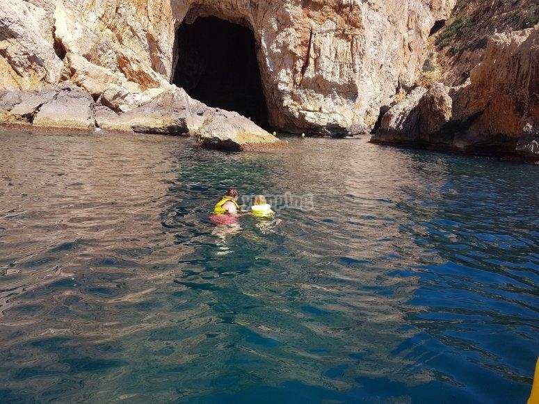 Adentrandose en la cueva de la isla de Portixol
