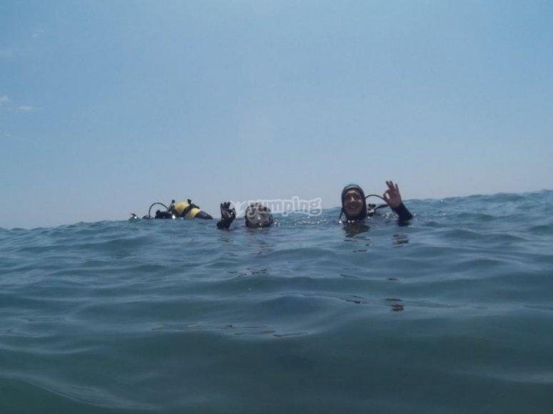 头掉到水里挥手
