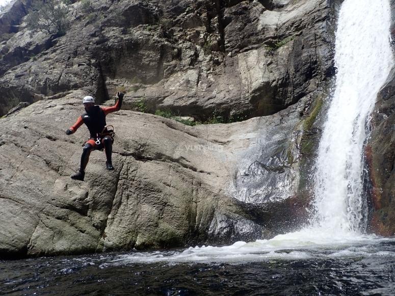 Salto en poza final del barranco  en Las Anelles