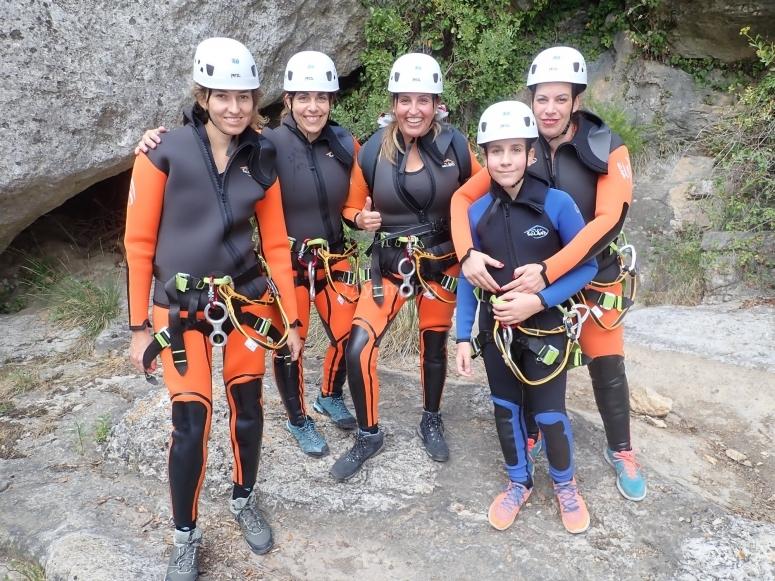 Grupo de amigas descendiendo barranco en Aínsa