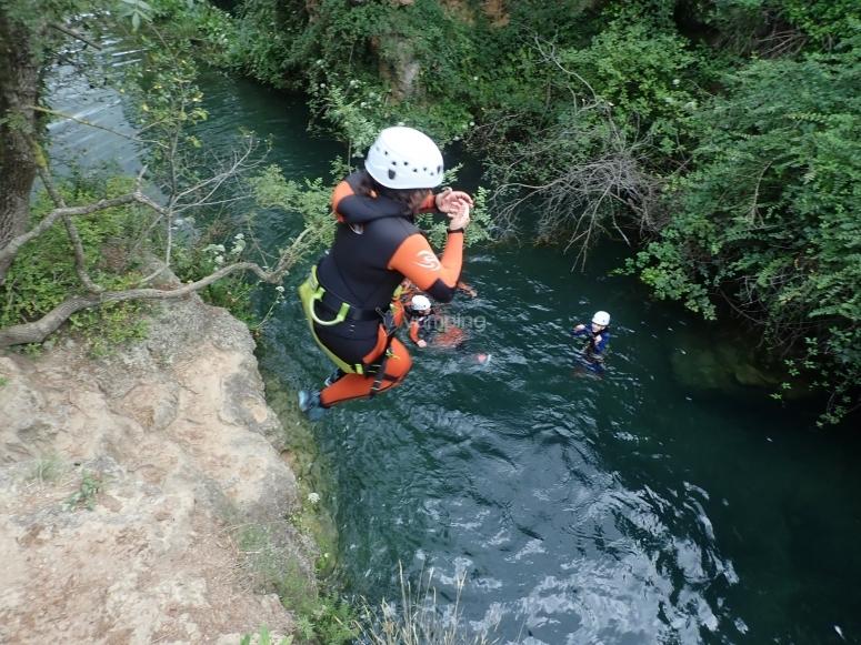 Salto a poza de agua barranco de Aínsa