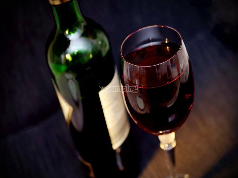 copa y botella de tinto