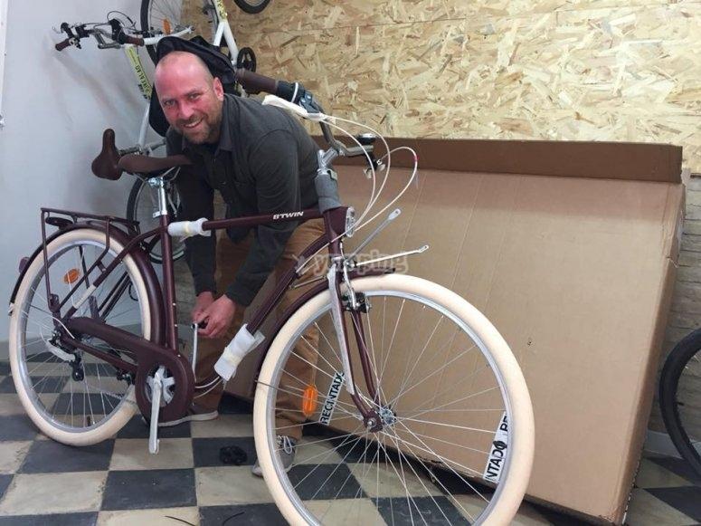 in sella a una bicicletta btwin