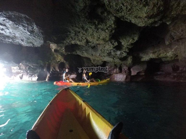 En kayak dentro de la cueva