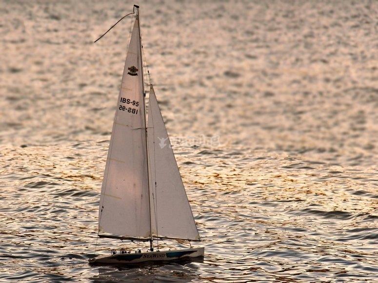 Velero navegando por la costa