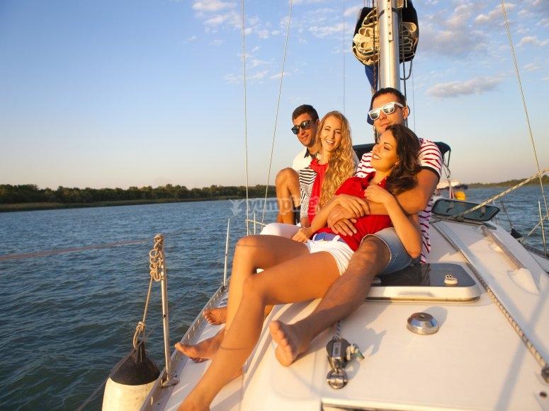 Tomar el sol en el barco