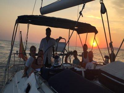 在风船的日落在与瓶的Rota香槟