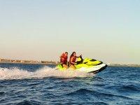 在摩托艇上享受速度