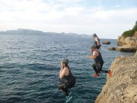 salto grupal en coasteering