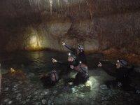 在洞穴中畅游