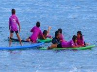 儿童学习冲浪