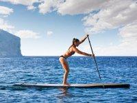 享受桨冲浪运动