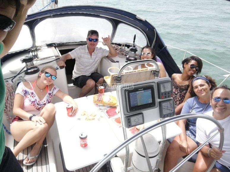 日光浴在船上享受一天