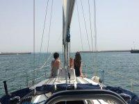 Chicas en el velero toman el sol