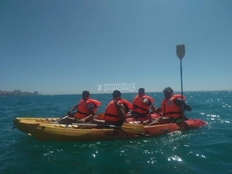 grupo haciendo kayak