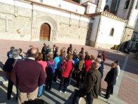 Grupo visitando la iglesia