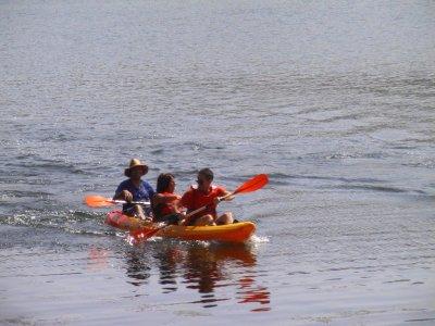 Kayaking for groups in Encinarejo reservoir, 1 h