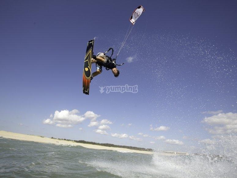 kitesurfer saltantando