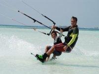 监视器向男孩展示风筝冲浪