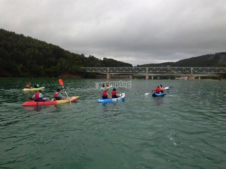 Acercandonos con los kayaks al puente