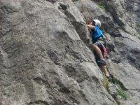 练习攀岩和速降登山