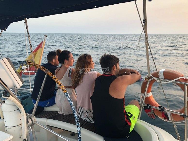 在船上享受日落