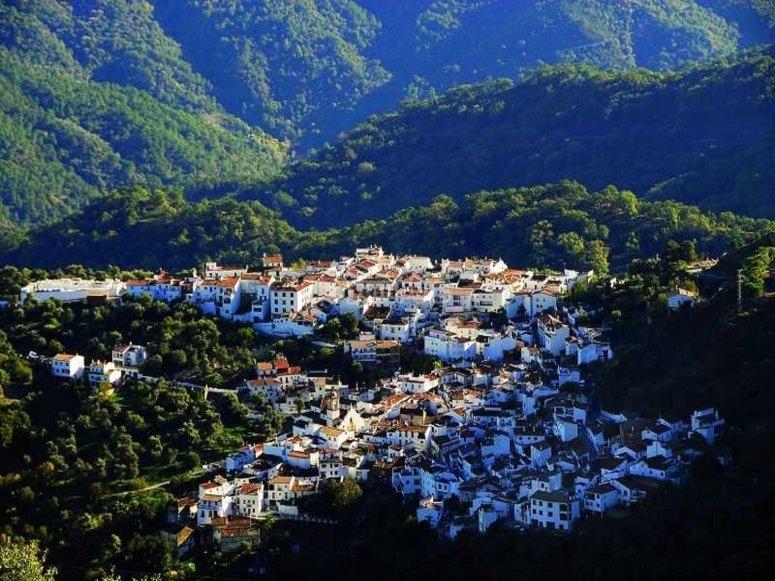 Casas blancas entre montañas