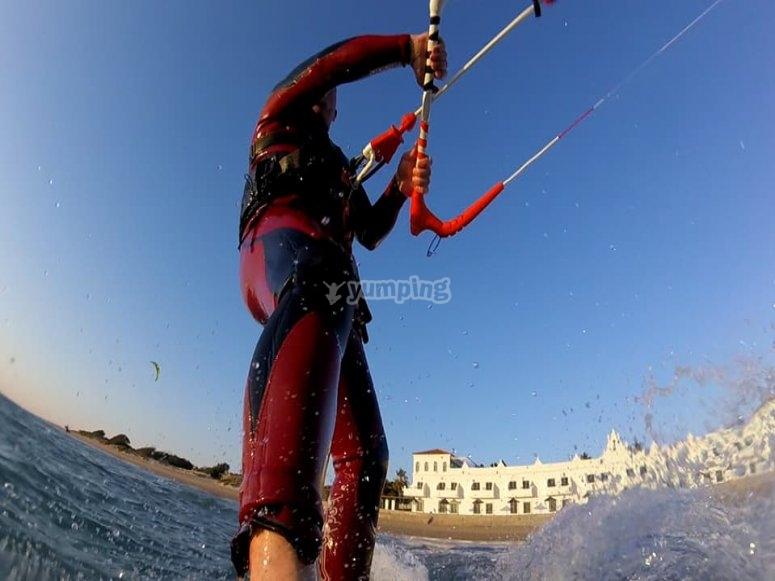 在海滩上训练kitesurf氯丁橡胶