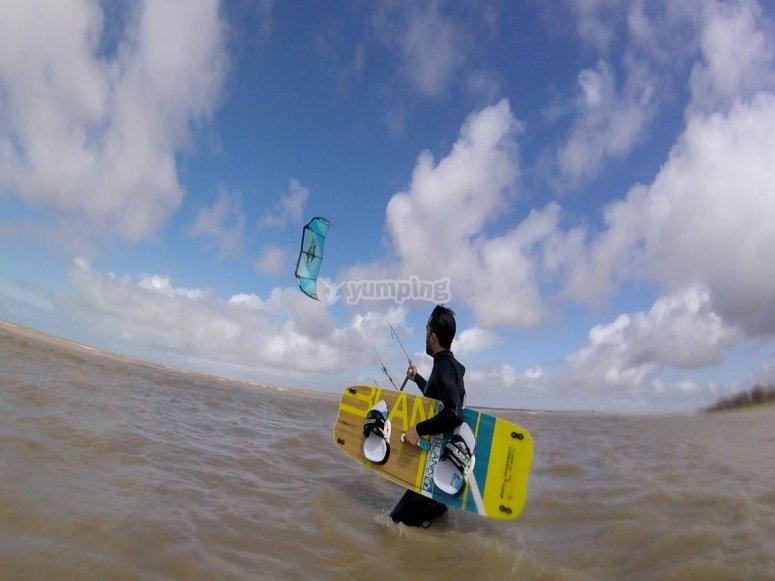 在海上风筝冲浪