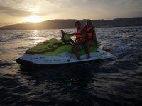 日落时乘坐摩托艇