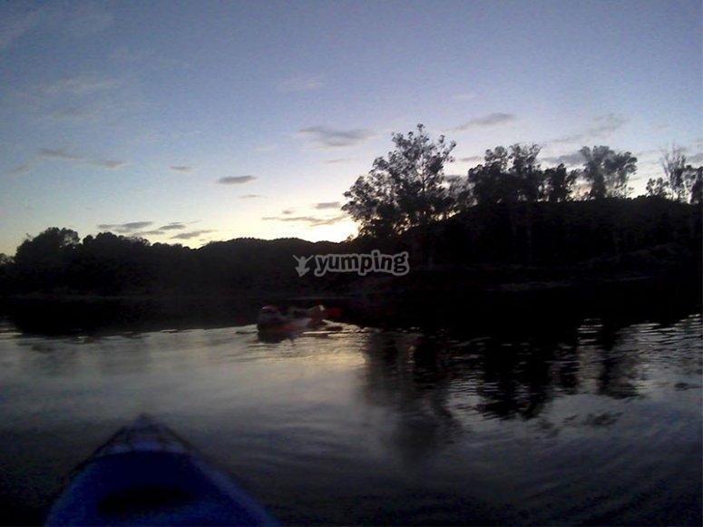 Viendo el anochecer desde nuestros kayaks