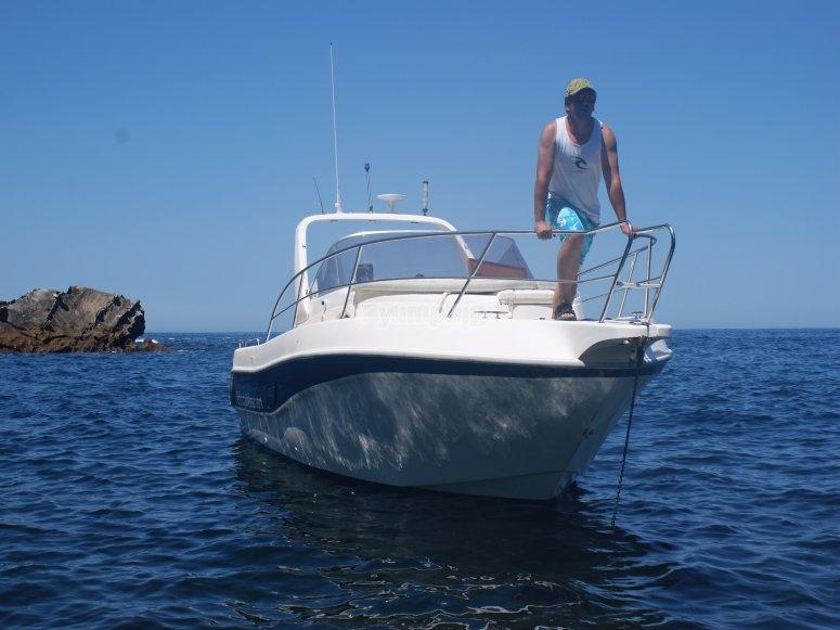 patron con su barco