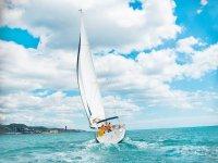 velero en agua turquesa