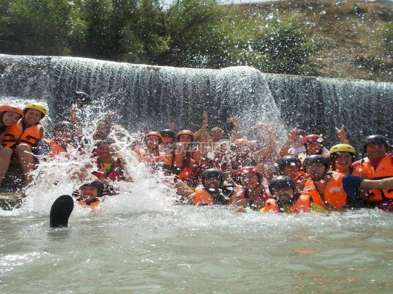 chicos de rafting en la cascada
