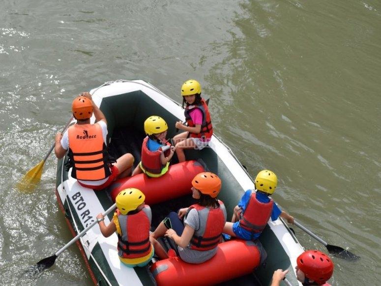 Remando en la balsa de rafting