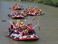 grupo de barcas de rafting