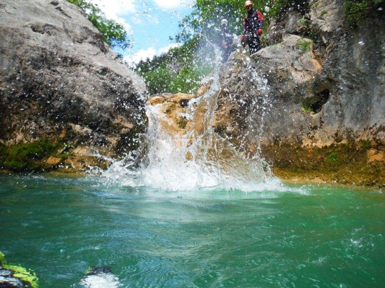 Divertidos saltos al agua