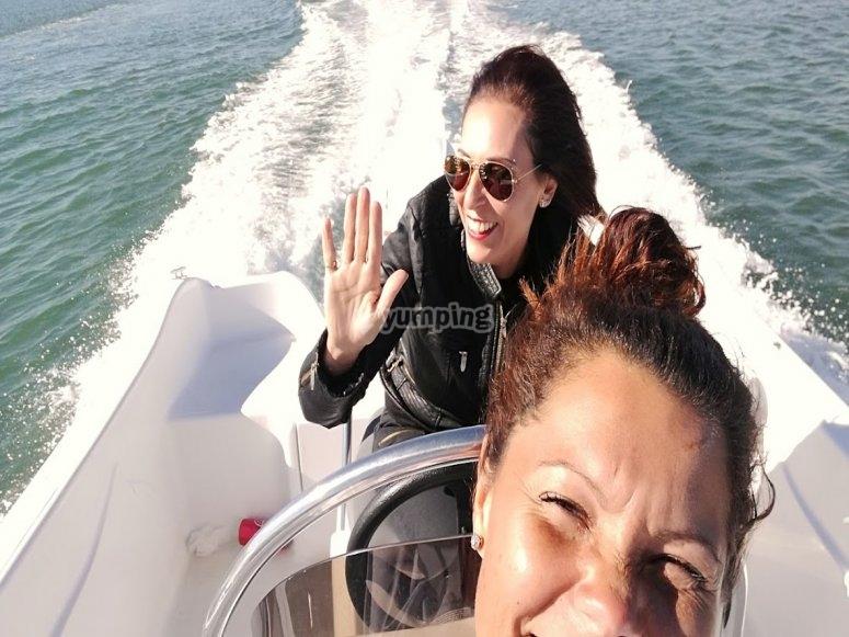 Dos amigos en el barco