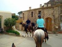 A caballo por el interior del pueblo