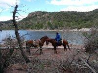 Con los caballos junto al rio