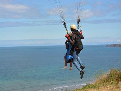 在马略卡岛的滑翔伞在杂技串联