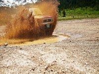 过路车泥水坑