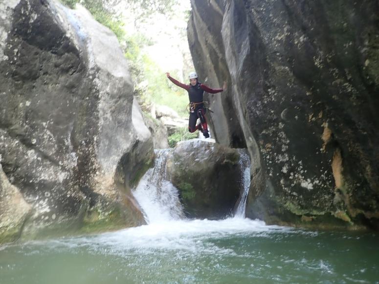 在滑越峡谷时跳入水坑
